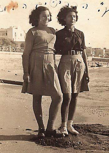 דבורה דנון (משמאל) ויהודית כהן מגורי מספר ימים לפני שיהודית יצאה לקורס ברעננה בו מצאה את מותה מירי הבריטים.