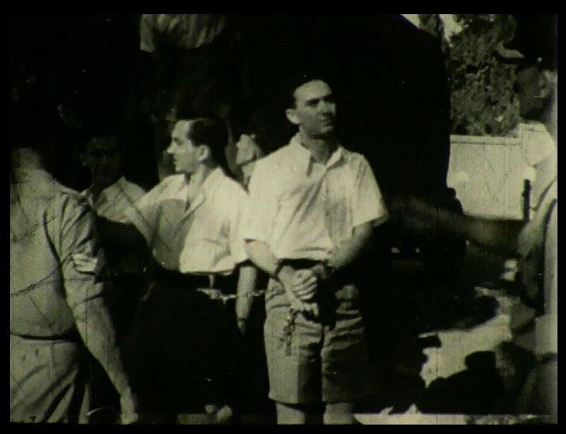 סלבטור גרשון בירידה מהמשאית שהובילה את עצירי בתי המלאכה למשפט