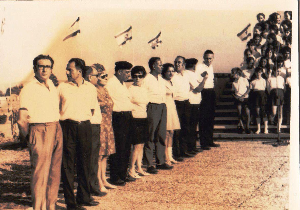 חלק ממשתתפי פעולת בתי המלאכה בקרית אתא 1970 - סלבטור גרשון קיצוני מימין