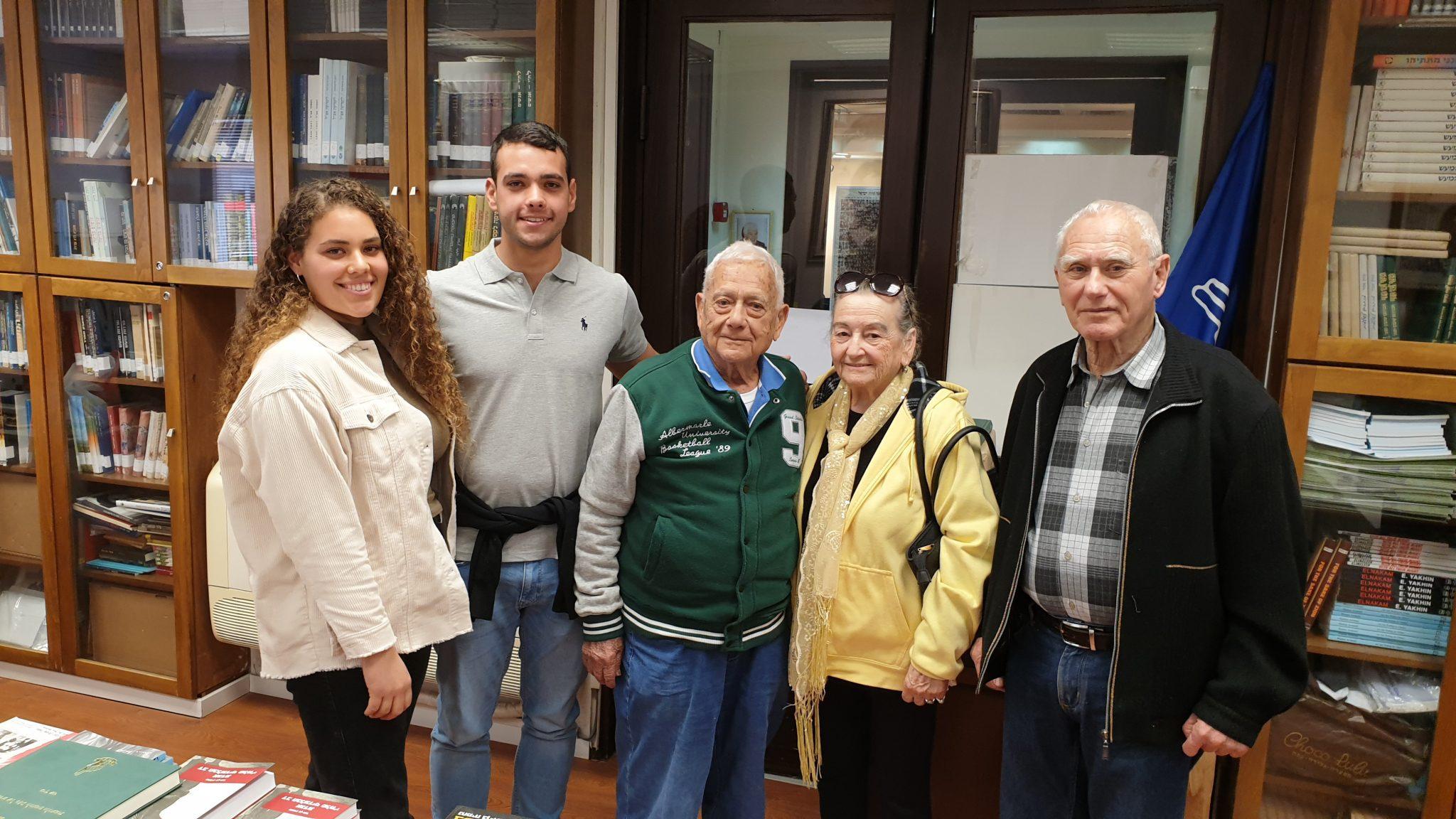 """שאול סוויד ומשפחתו בביקור במשרד העמותה להנצחת מורשת לח""""י עם משה בן יהודה"""