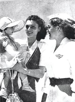 אליאב חנה - בפתח המטוס עם חזרתה לארץ במאי 1948 - מעיתון הארץ