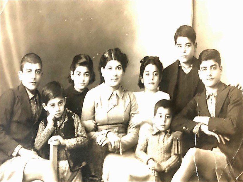 ויקטוריה (מזרחי) שכמורוב יושבת באמצע עם אחיה