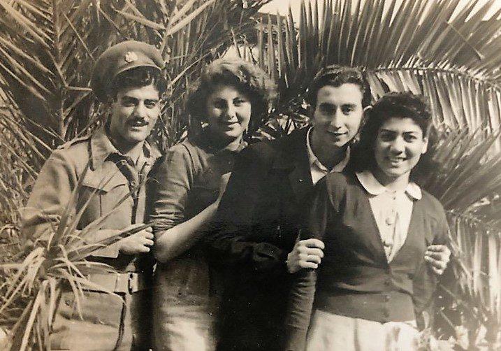 ויקטוריה מזרחי מימין, עם חברים